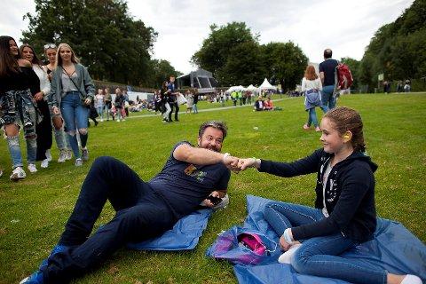 Far og datter Caspar og Charlotte Louise Lund (12) fra Hjellestad har funnet roen på gresset.