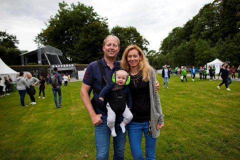 Svein Frode og Camilla Borander Rochling sammen sønnen Sigvald (6mnd) har kommet fra Oslo for festivalen.