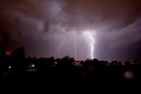 Mørke skyer, lyn, torden og store nedbørsmengder truer Bergen onsdag ettermiddag.