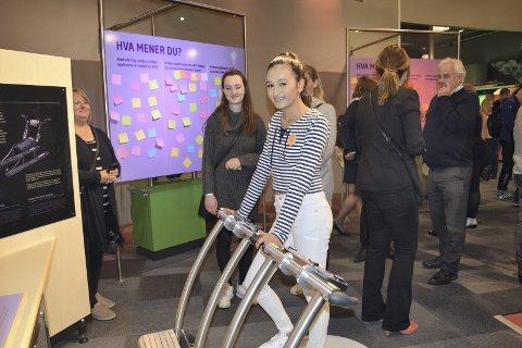 Amanda Mathilde Amundsen (14) er sammen med venninnen Ina Kildalsen blant elleve vinnere av «Prosjekt Fantasi». De ungene jentene har funnet opp en el-spark. Foto: Silje Haugen