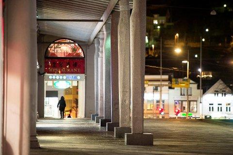 Etter den anmeldte voldtekten dro 22-åringen til Torgallmenningen og tappet kvinnens bankkonto i flere minibanker februar i år.