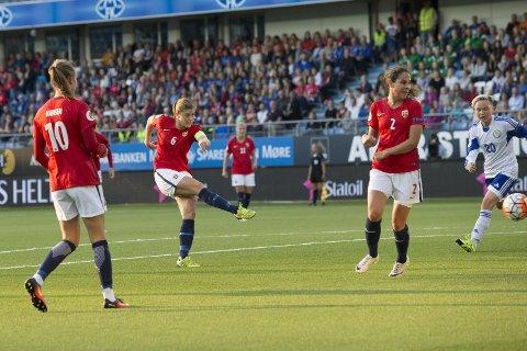 Maren Mjelde (i midten) setter inn 5-0-målet i EM-kvalifiseringskampen mellom Norge og Kazakhstan i Molde. Norge vant til slutt 10-0! Caroline Graham Hansen til venstre og Ingrid Wold til høyre. Kazakhstans Ksenia Khairulina til høyre i bildet.