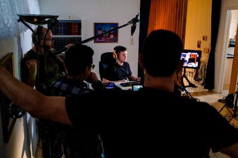 Et filmteam fra Los Angeles gjør opptak av Martin Træen Remen hjemme i stuen på Søreide i Bergen
