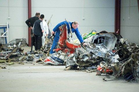 Vrakdelene fra helikopteret som styrtet 29. april.
