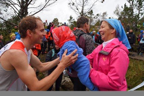 Thorbjørn Ludvigsen klemmer sønnen Haakon etter målgang. Svigermor Jannicke Pettersen gratulerer med rekorden.