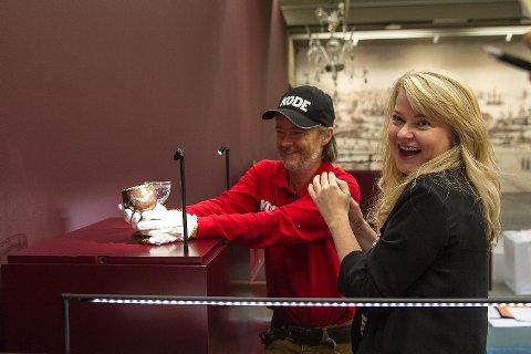 Utstillingen«Sølvskatten 1816» åpner i morgen, og de ansatte i Kode er inne i den mest intense monteringsperioden. Montre skal opp, alt skal pusses klart og småjusteringer må til. Utstillingen blir å se frem til utgangen av februar 2017.