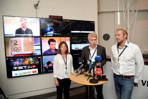 TV 2-ledelsen møter pressen klokken 1430 etter møtet med de ansatte. TV 2-sjef Olav T. Sandnes (i midten) og nyhetsredaktør Jan Ove Årsæther (til høyre). Til venstre organisasjons- og kommunikasjonsdirektør Sarah Willand.