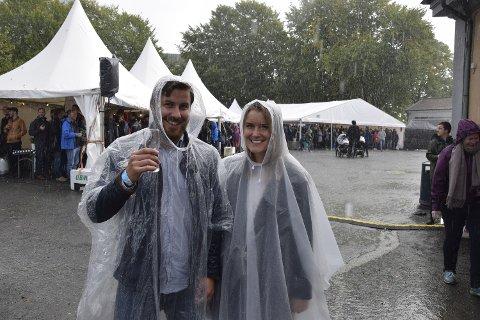 Bergen Ølfestival 2016. Da regnet fosset ned søkte folk ly inne i teltene. Men ikke Fredrik Roll og Oda Hole.