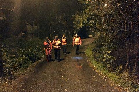 En rekke frivillige deltar i søket, deriblant disse fra Røde Kors som søkte i området ved Bergen roklubb.