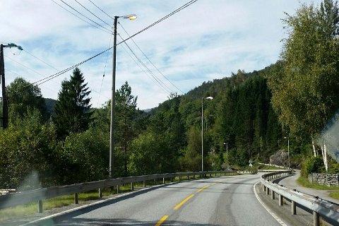Per Magne Gjerstad oppdaget a veilysene på fylkesvei 7 står på midt på dagen.