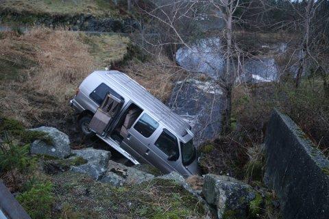 Bilen har havnet i en elv like ved Kvalheimsvatnet på Radøy.