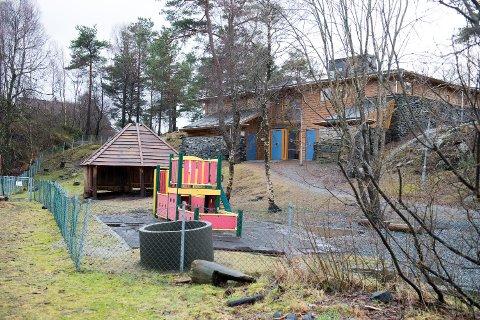 En ungdom skal ha tatt seg inn på uteområdet tillhørende Eldsbakkane barnehage på Sandsli og tatt tak i et barn. En barnehageansatt skal ha ropt ut da hun så hendelsen.