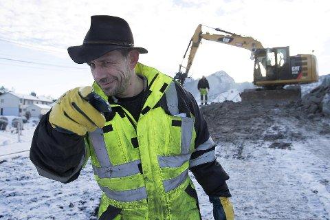 Leif Einar Lothe, bedre kjent som «Lothepus», er maskinentreprenør med eget firma. Denne uken var           han på Skogsvåg på Sotra for å grave og sprenge. 47-åringen gir også ut plater, i tillegg til en rekke andre prosjekter.