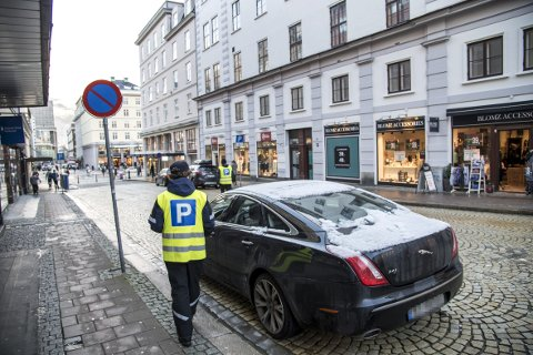 Jaguaren som sto ulovlig parkert i Valkendorfs gate i går koster eieren 900 kroner med de nye reglene som trådte i kraft 1. januar. – Vi kommer nok til å skrive ut flest bøter på 600 kroner, sier trafikkbetjent i Bergen kommune Terje.FOTO: EIRIK HAGESÆTER