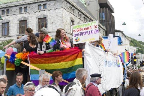 Nå feirer vi kjærlighet og mangfold med Regnbueparaden, her fra i fjor. For noen tiår siden måtte homofile treffes i det skjulte.