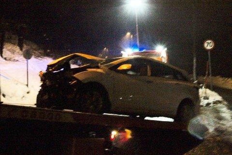 Begge bilene fikk store materielle skader etter ulykken.