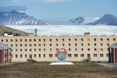 Pyramiden: Spøkelsesbyen Pyramiden på Svalbard var i Sovjet-tiden et utstillingsvindu mot vesten. Jorden i sentrum ble hentet inn fra Ukraina. Denne ble regnet som ekstra fruktbar og skulle gi byen et grønnere utseende. I bakgrunnen sees Nordenskiöld breen innerst i Billefjorden. Den tidligere gruvebyen ble fraflyttet i 1998 og sto tom i 15 år. Nå satser russerne på å dra flere turister til stedet. foto:skjalg Ekeland