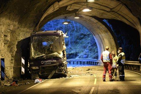 Bussen står i enden av tunnelen, mens lastebilen står på utsiden. Bussen var på vei mot Bergen da ulykken skjedde. Foto: Arne Ristesund