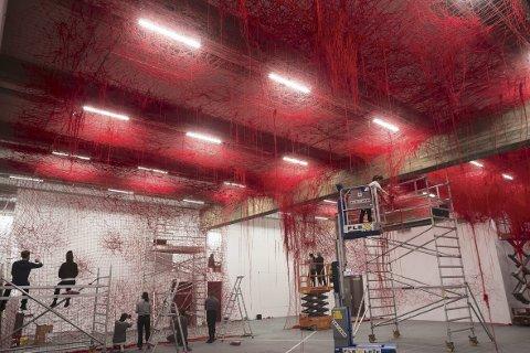 27. oktober åpner utstillingen «Direction» på Kode 2. Torsdag kom Chiharu Siota til Bergen for å starte det                                   møysommelige arbeidet med garnnøstene som skal fylle nesten hele rommet. foto: Dag Fosse