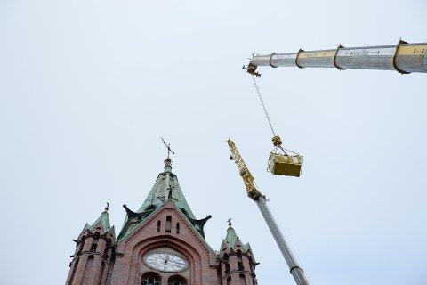 Arbeidet med å ta ned kirkespiret på Johanneskirken startet torsdag formiddag.