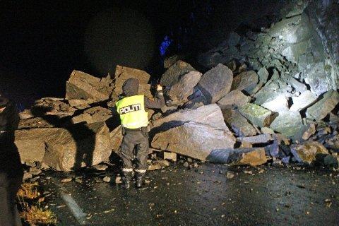 Store steinblokker har rast ut i veibanen. Veien er knust, og raset er rundt 30 meter bredt.