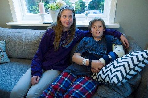 Sara trøster lillebroren David Hansen (9) etter den uheldige turen på Rush.