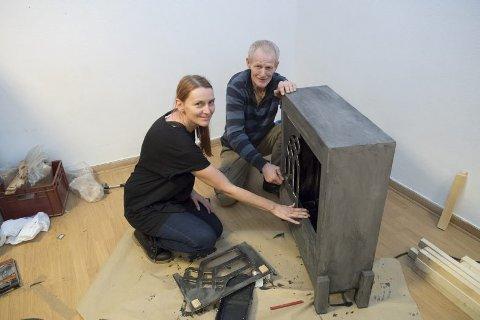 Peisbygging: Jan bygger peisen som skal i stykket, mens Charlotte Linn Pedersen fra Kirkens Bymisjon hjelper til.Foto: Arne Ristesund