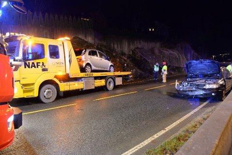 Begge bilene måtte taues vekk etter ulykken i Fanavegen søndag kveld. En mann er bekreftet alvorlig skadd. Foto: Magne Turøy