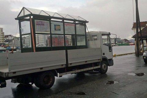 Dette busskuret har stått på Torget i Bergen i over 20 år. Her blir det fraktet til sitt nye sted.