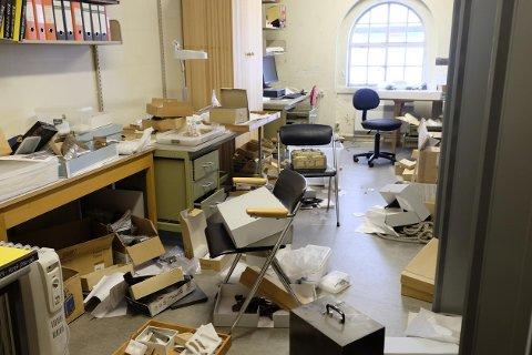 Slik så det ut etter at noen brøt seg inn på Historisk museum og stjal rundt 400 gjenstander.
