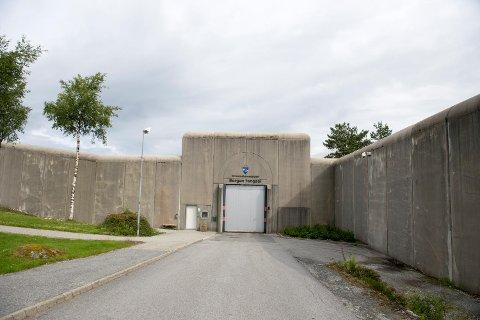 To fengselsbetjenter ble utsatt for vold ved A Vest-avdelingen i Bergen fengsel søndag. En innsatt brukte kulepenn som stikkvåpen.