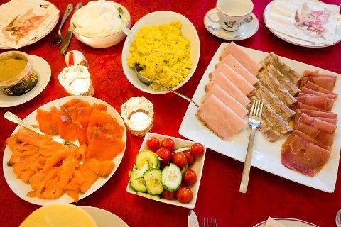 I julen er det gjerne ekstra gode pålegg på bordet med laks, eggerøre, sild, skinker og annet godt.