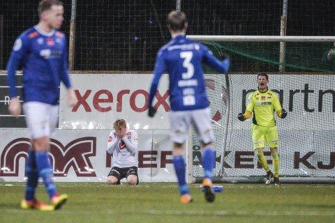 Sogndals Eirik Schulze bommet under straffesparkkonkurransen i siste kvalifiseringskamp til Eliteserien i fotball 2018 mellom Ranheim og Sogndal på Extra Arena.