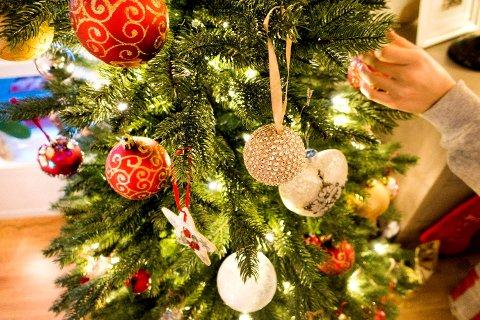 Julaften nærmer seg og treet skal snart pyntes. For deg som er ute i siste liten, har vi funnet tre fine flasker som kan være gaver - eller nytes sammen med julens gode smaker.