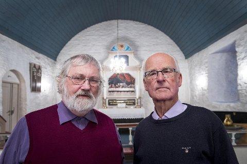 Magne Utle (til høyre) var sokneprest i Åsane da kirken brant natt til julaften 1992. Rolf Armand Rasmussen er fortsatt prest i Åsane menighet. Her er de i den gjenoppbygde kirken på Saurås.