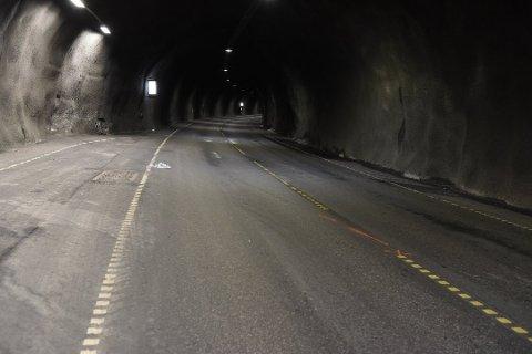 Til venstre i bildet kan du se hvor bilen traff fjellveggen. Det er også tydelige spor både i veibanen og i fjellveggen.
