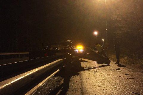 Bilen har fått store skader, og har revet med seg en del av autovernet.