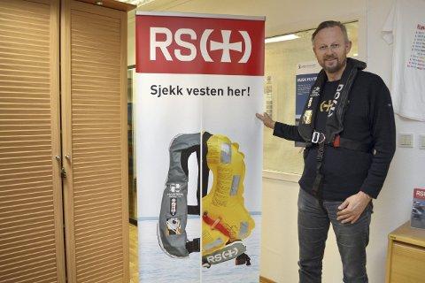 Dag Kjetil Tufte hos Redningsselskapet kan ikke få sagt det ofte nok hvor viktig bruk av redningsvest er i båt. (Foto: TOM R. HJERTHOLM)