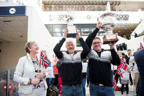 Eikanger Bjørsvik vant EM i brass i februar. Lindåsordfører Astrid Aarhus Byrknes (KRF), styreleder Stig Ryland og nestleder i styret Viggo Bjørge ble møtt til ellevill jubel på Flesland. (Arkiv)