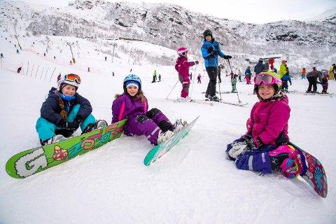 Snowboardjentene: F.v: Stella Ramsvik (9), Lelany Johannessen (9) og Mille Raa Raknes (9) stod på snowboard i Eikedalen i dag.  - Vi liker best å stå på snowboard, for det er skikkelig tøft når jenter gjør det! sier Lelany med et stort smil.
