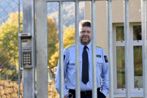 Fengselsleder Roy Egil Vik er fortørnet.  – Vi har god kapasitet, sier han. FOTO: SOGN AVIS