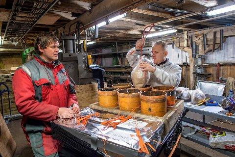 Jon Erland Laeskogen og Lasse Store forbereder det kommunale fyrverkeriet som skal skytes opp over Vågen ved midnatt.