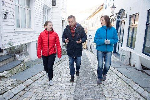 Geir Vangsnes (midten), distriktssjef ved Kreftforeningen, forteller at de for ett og et halvt år siden begynte med møter utendørs. Dette gjør de ansatte mer motiverte og kreative, ifølge ham. Her er han i et møte med bevegelsesviter Astrid Dykesteen og Hilde Kleppestø, kommunikasjonsrådgiver i Kreftforeningen.