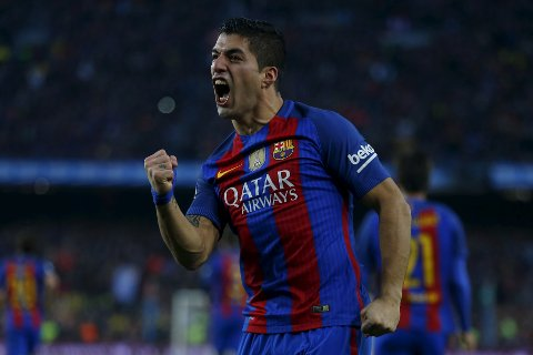 Barcelona's Luis Suarez celebrates after scoring the opening goal during the Spanish La Liga soccer match between FC Barcelona and Real Madrid at the Camp Nou in Barcelona, Spain, Saturday, Dec. 3, 2016. (AP Photo/Francisco Seco)