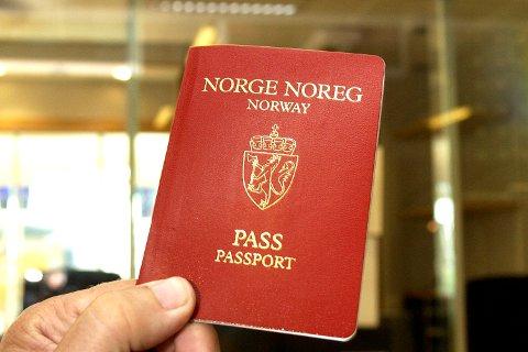 Politibetjent Einar Gulbrandsøy, Fana politistasjon, lufthavnseksjonen. Schengen skulle gjere det muleg å reise innan området utan pass. Men du treng framleis pass som identifikasjonspapir. Gulbrandsøy seier at du framleis treng pass. 20060927  <B> <B>
