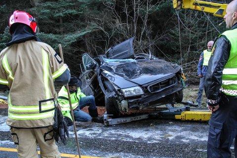 Ifølge politiet hadde ulykkesbilen en fart på minst 120 km/t da den kjørte ut. Tre ungdommer ble hentet ut av vraket og sendt til Haukeland sykehus. Ingen av dem ble alvorlig skadet.