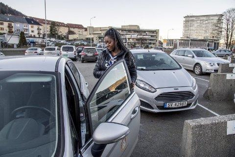 Hjemmesykepleier Christiane Nkanga er ofte avhengig av bil for å ta seg effektivt til og fra brukernes hjem. I likhet med resten av kommunen har etaten hennes klart flest fossilbiler.