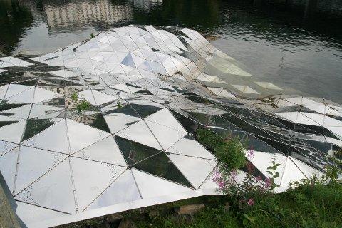 Kunstverket har også vært overgrodd. Dette bildet ble tatt i 2012, samme år som det ble avduket.