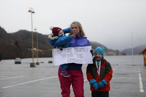 Anne Cecilie Jensen og familien kjører ofte til Voss. – Vi er redde når vi kjører denne strekningen, forteller hun. Her sammen med barna Hanna Emilie (1) og Lars Andreas (6).