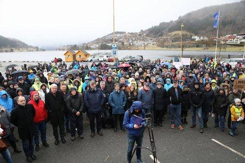 Et hundretalls personer møtte frem til demonstrasjonen som startet klokken 1600 på Øyrane torg i Arna.